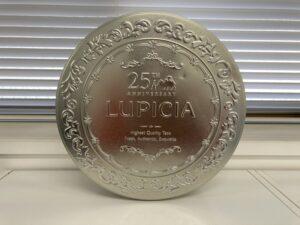 ルピシアの象徴「シルバーの小さな丸い缶」が大きくなった!ブランドの持つ世界観はそのままに、25周年記念の特別感をアピール